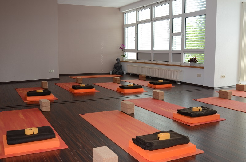 http://1fachyoga.de/wp-content/uploads/2016/08/Yoga-Raum-1.jpg