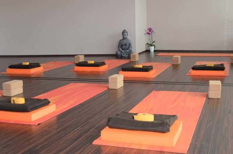 http://1fachyoga.de/wp-content/uploads/2016/08/Yoga-Raum-2.jpg