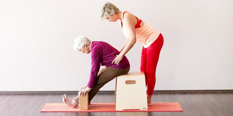 https://1fachyoga.de/wp-content/uploads/2019/10/Yoga-auf-dem-Stuhl_1.jpg